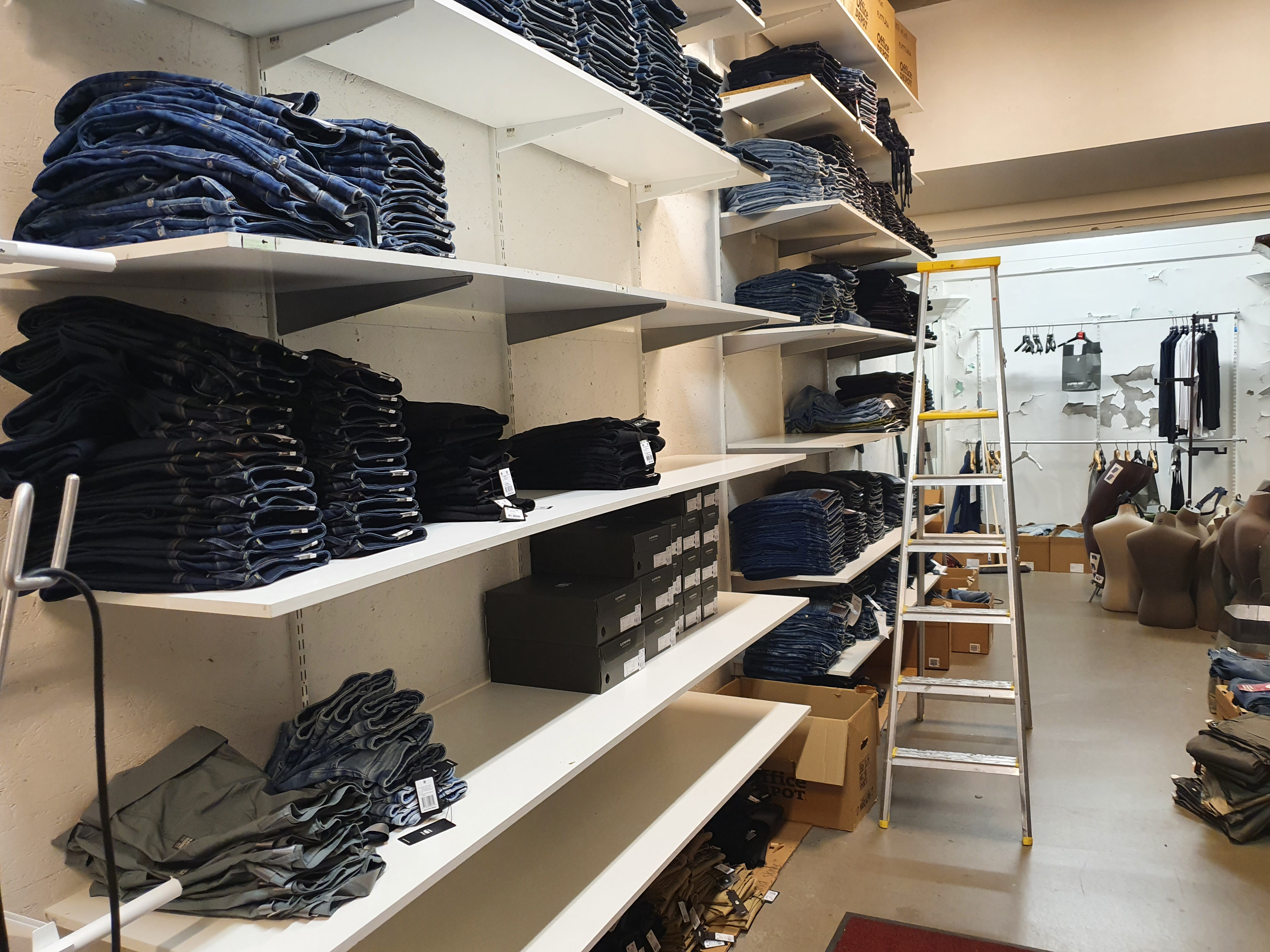 Komplett butiksinredning från G Star butik i Lund