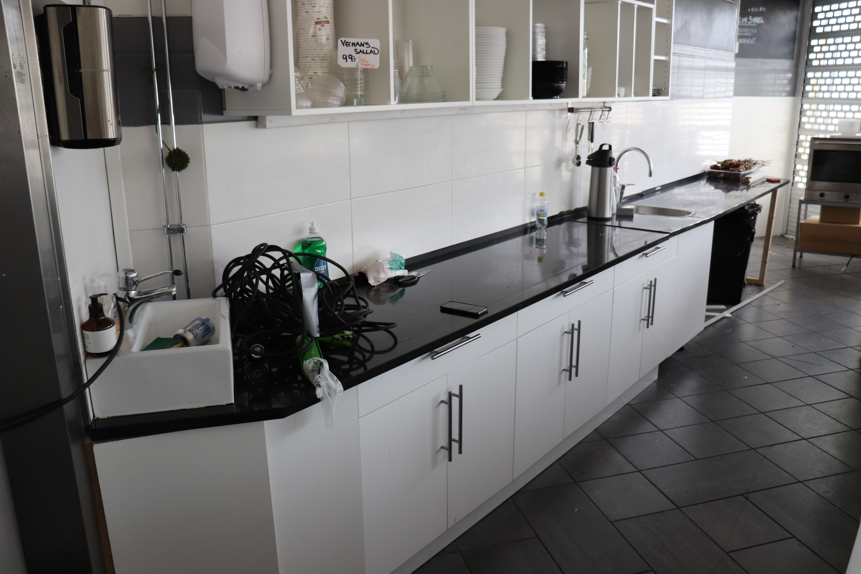Kitchen Counter With Cupboards And Ho Ps Auction We Value The Future Largest In Net Auctions